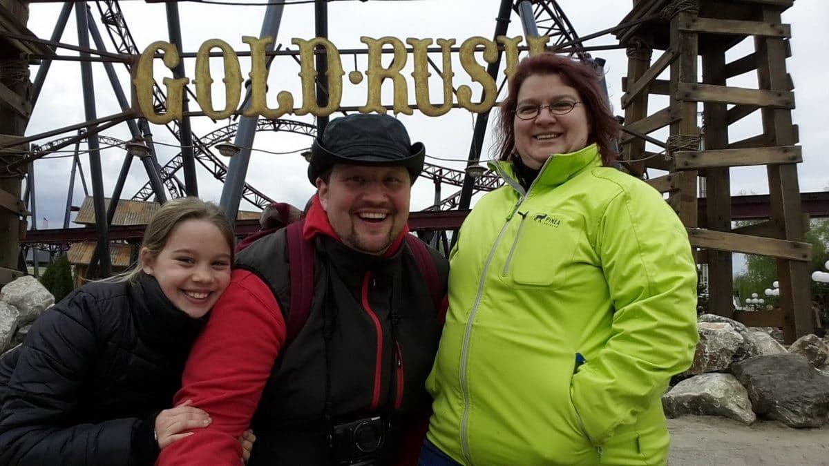 Familie vor Goldrush Achterbahn