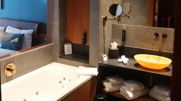 04-hotel-paddling-bear-La-derniere-frontiere-Pairi-daiza-chambre-sdb